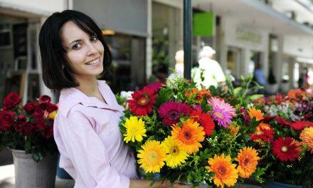 Veja como utilizar flores na decoração da vitrine de uma loja